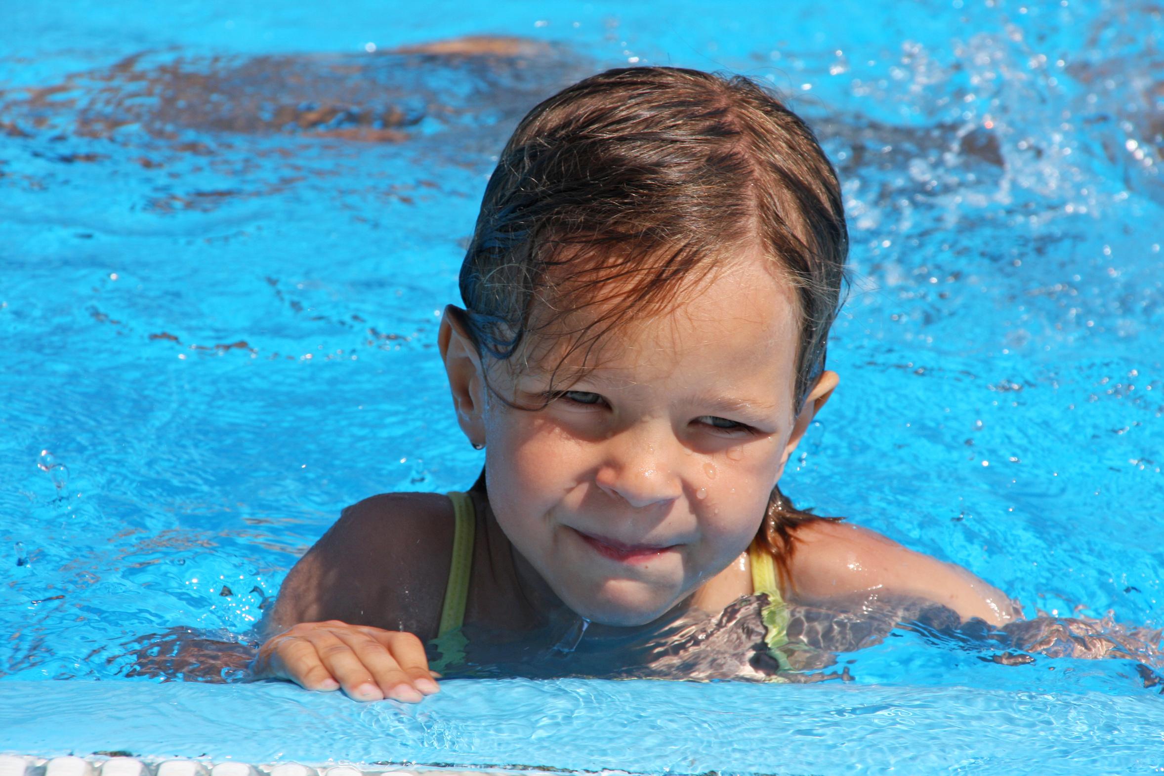Mädchen im Schwimmbad, Pool   DICEN